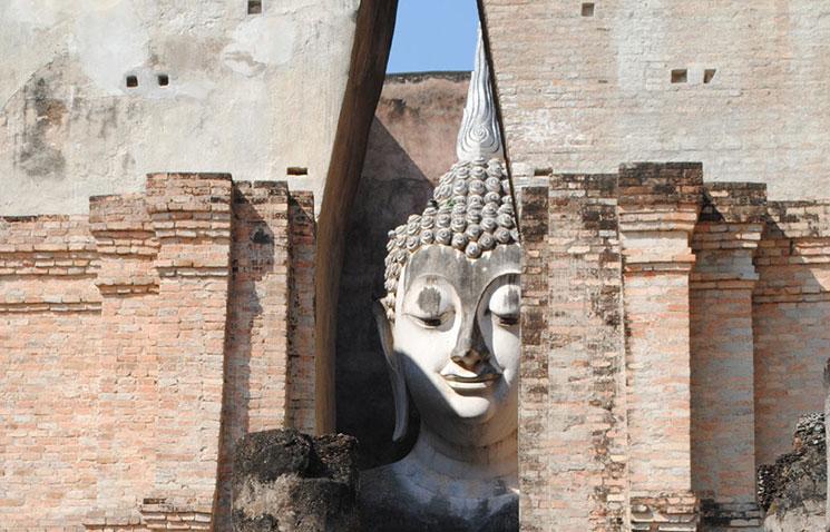 こちらを覗き見るようなワット・シーチュムの仏像