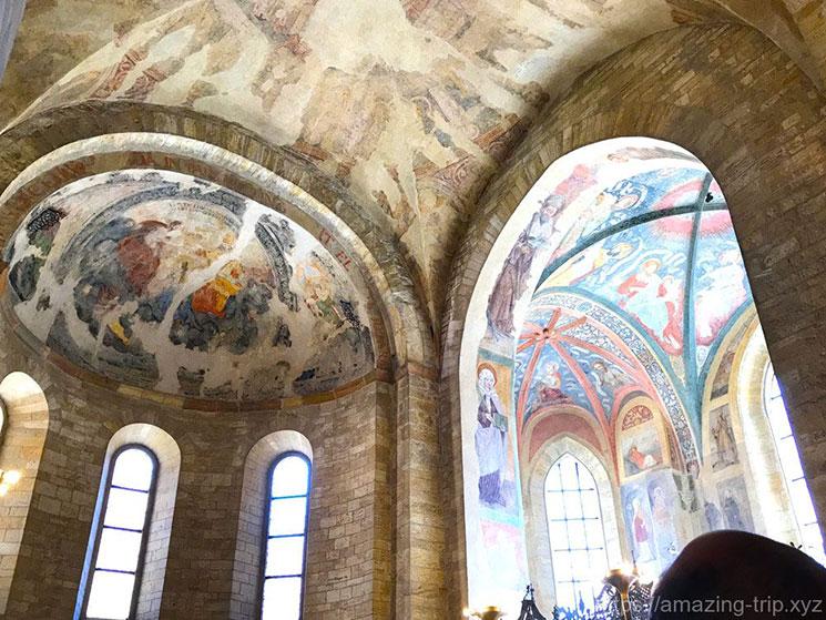 後塵の天井壁面のフレスコ画