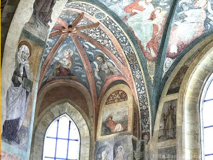 聖ルドミラの礼拝堂と、ルドミラの生涯を描いたフレスコ画