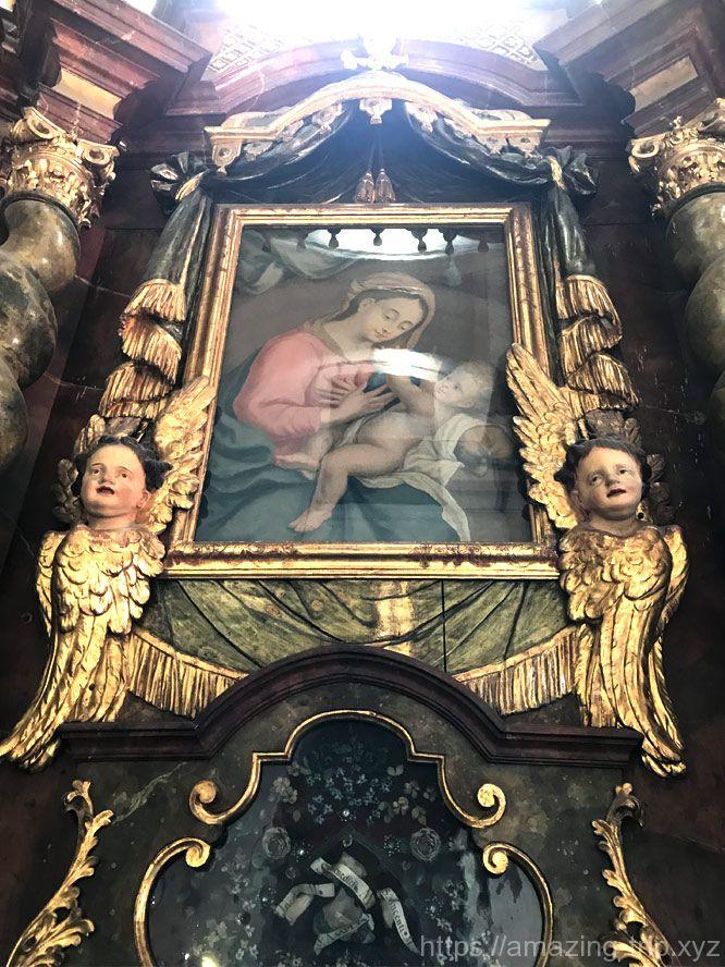 側廊の礼拝堂に飾れた肖像画
