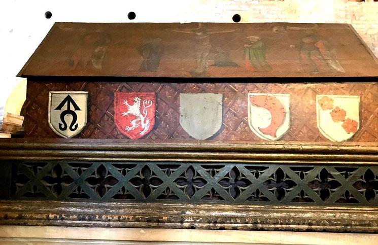 礼拝室の棺と紋章