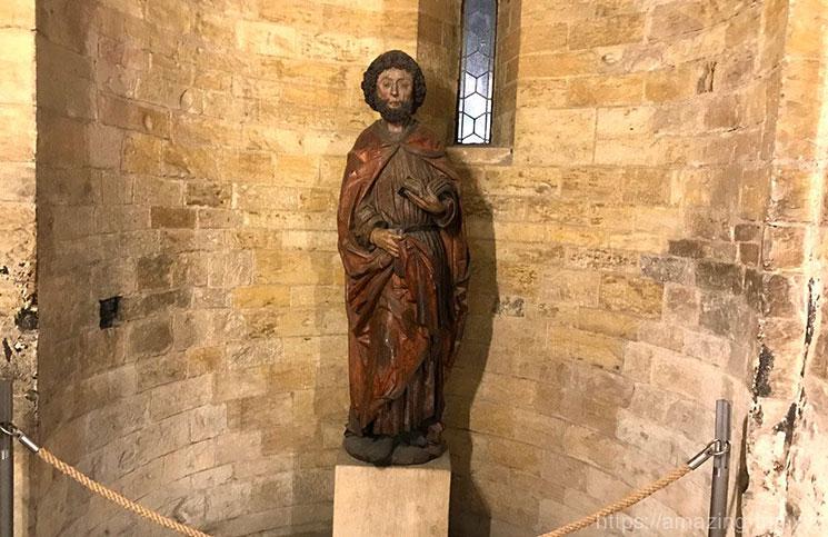 礼拝室に置かれた像
