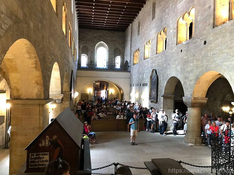 聖イジー教会内部の全景