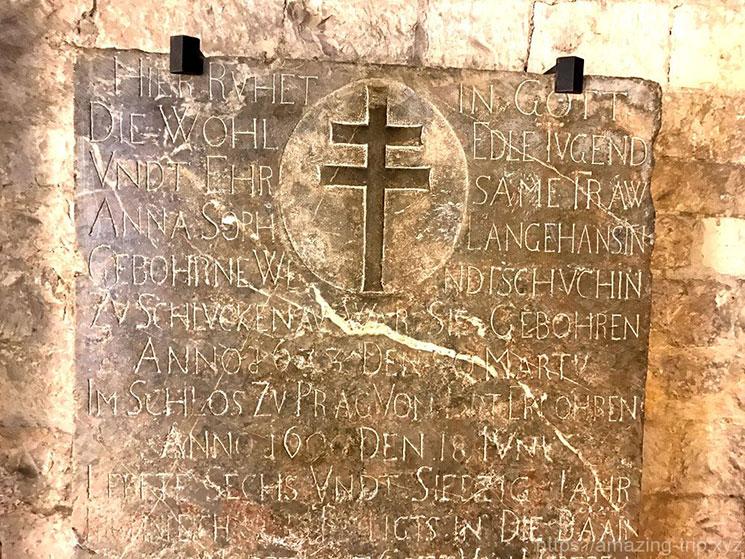 教会内部の文字が刻まれた石板
