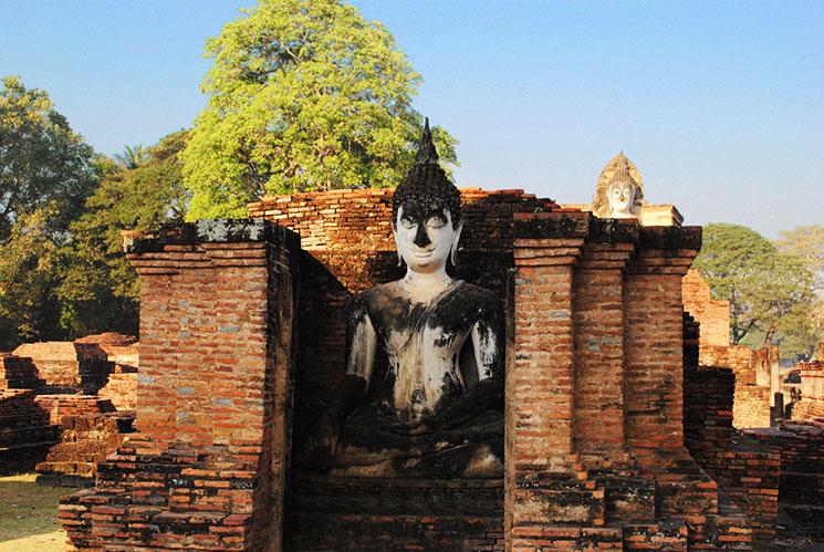 大小様々な仏像が点在している。