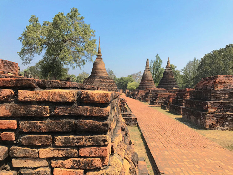 遺跡内のレンガと仏塔