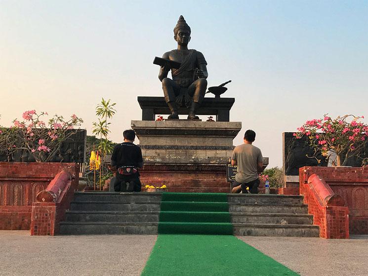 ラムカムヘンのブロンズ像の前で祈りを捧げる人々。土足禁止です。