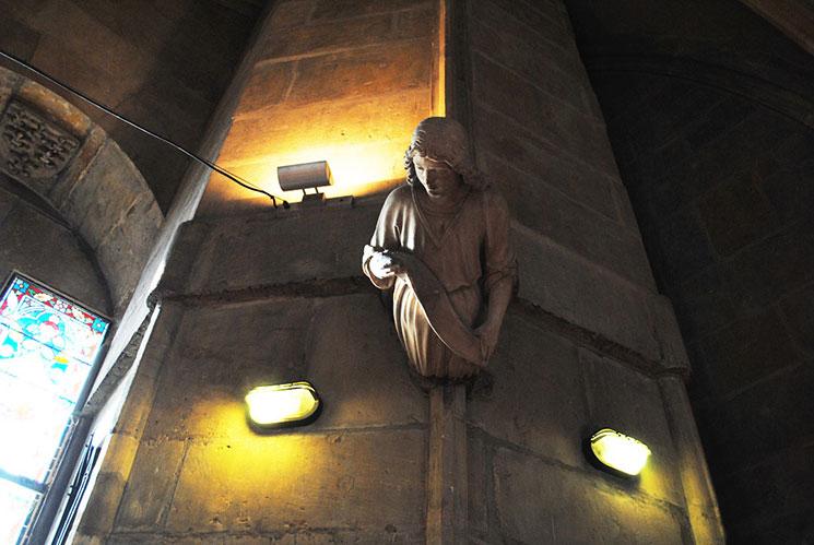 部屋の柱の彫像