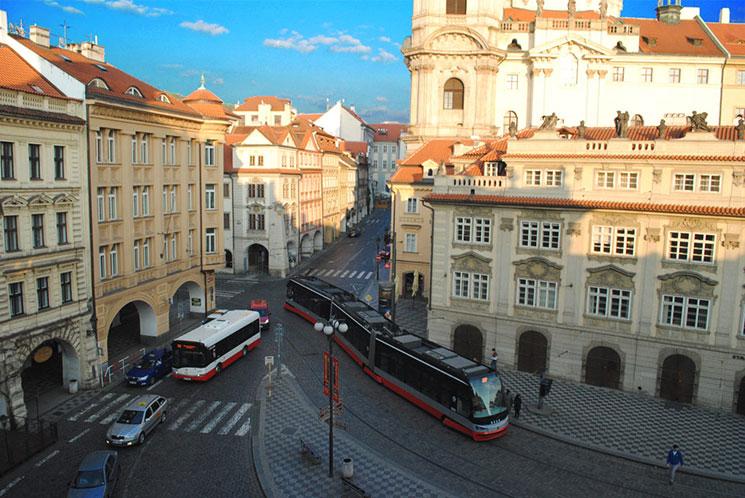 上から見たマラーストラナ広場です。正面から奥に伸びている通りは「モステッカー通り」です。