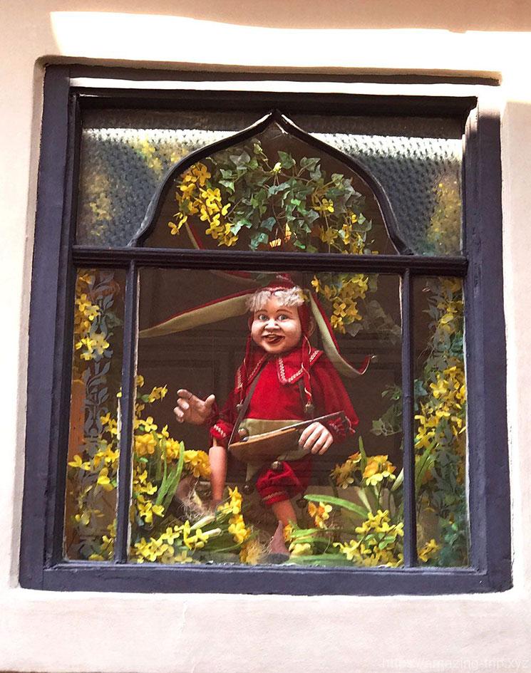 18番の建物に飾られた人形
