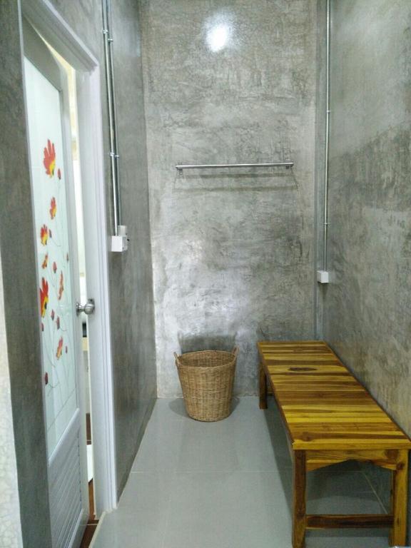 部屋右奥のスペース。左のドアがトイレとシャワーです。中は広々してます。