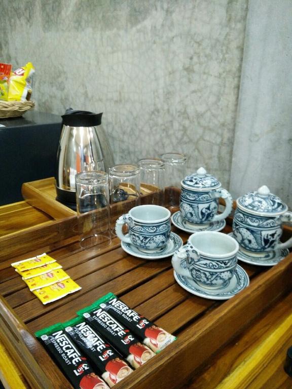ケトルもカップもコーヒーもついてます。もちろん宿泊費の中に込みです。