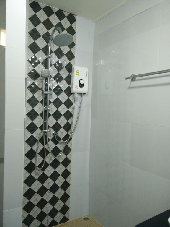 シャワーはちょっとレトロな感じです。