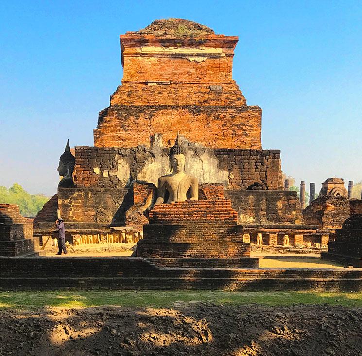 ワット・マハタートの端っこの仏像。寺院の外側は溝で区切られている。