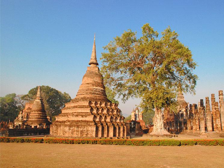 遺跡内には蓮型の仏塔が並ぶ