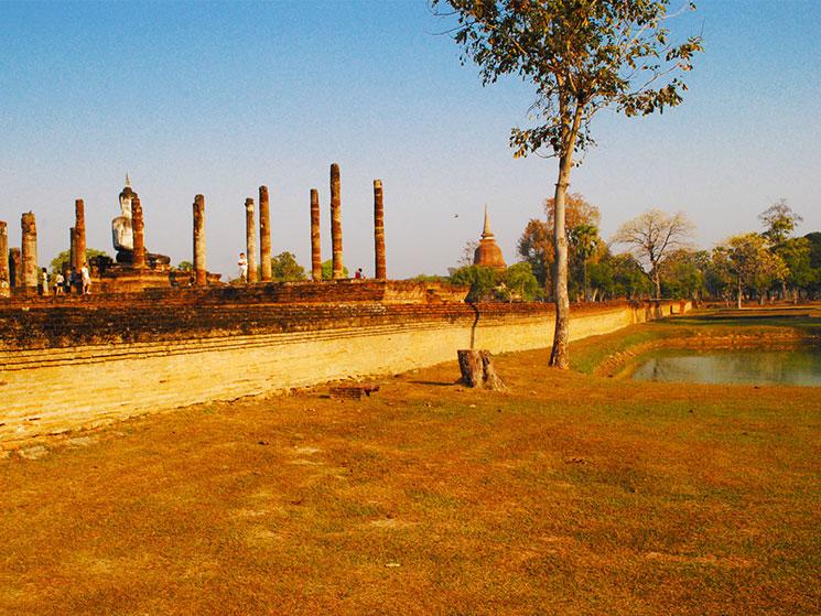 寺院の周囲は赤いレンガが区切られている