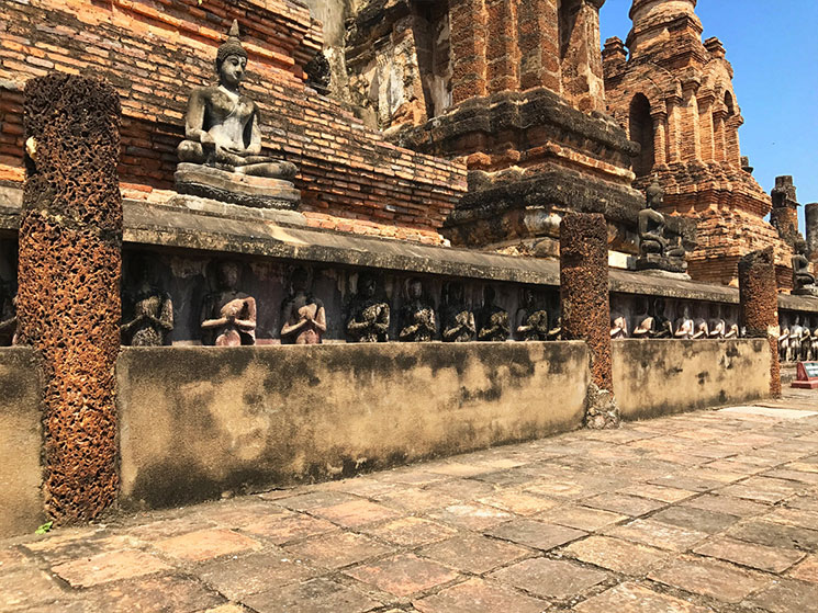 160人の弟子たちが中央の仏塔が支える
