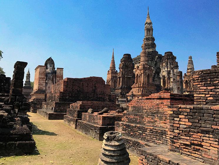 寺院内最大の中央の仏塔