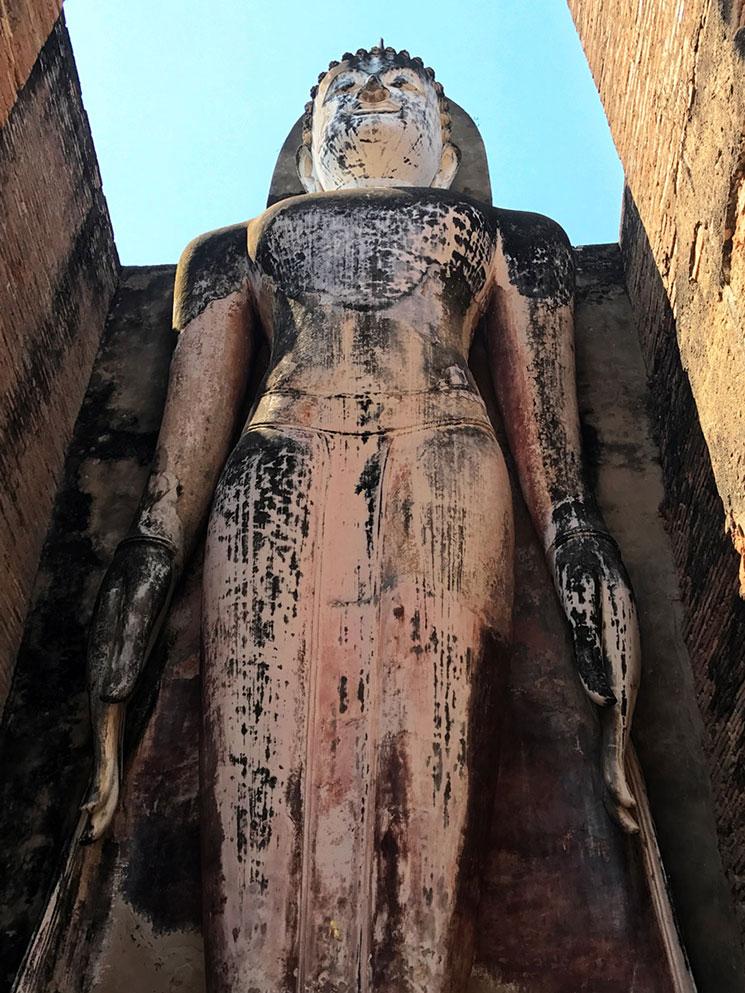 中央の仏塔に向かって右側に位置する仏像