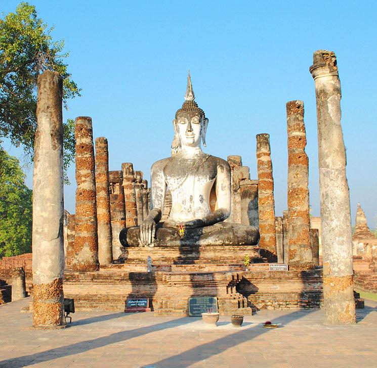 高さ10Mの仏像の前に並ぶ石柱