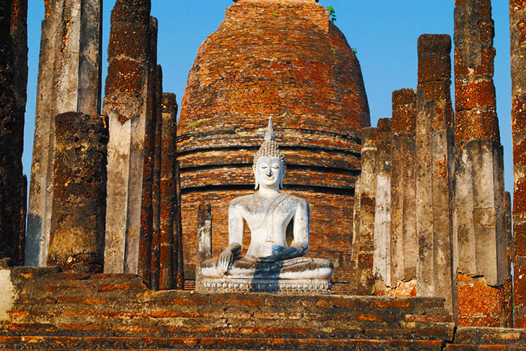 メインの仏塔と仏像