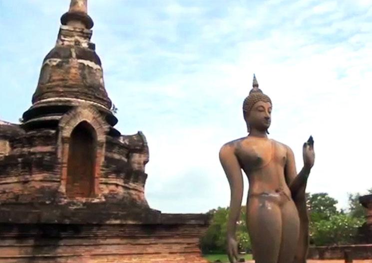 ワット・スラシー 游行仏の後ろには仏塔がそびえる。