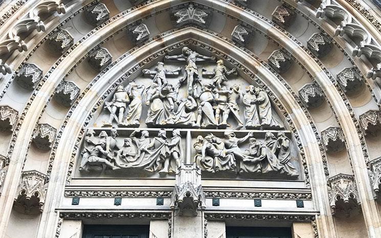 聖ヴィート大聖堂 中央扉を飾るルネット「キリストの受難」