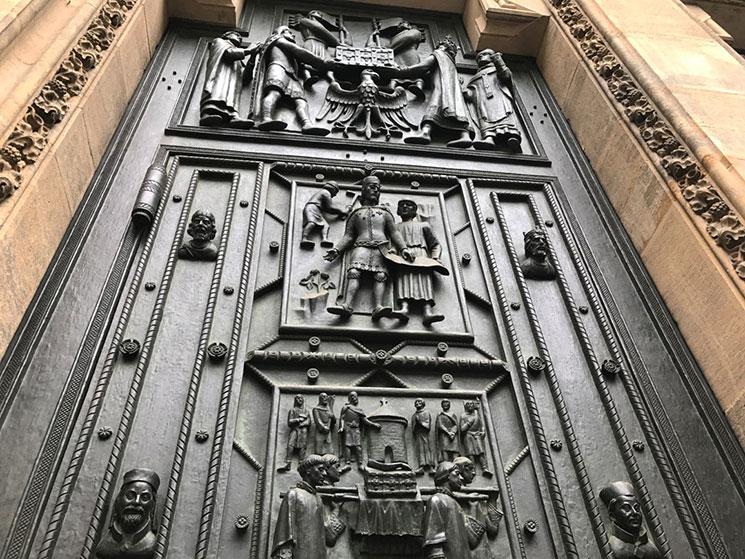 中央扉左側のレリーフ
