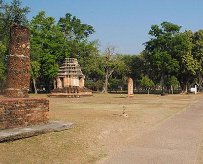 西側の離れた場所にも游行仏と仏塔が立っている