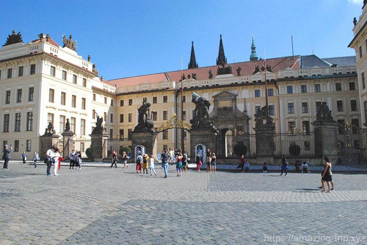 プラハ城の正門とフラッチャ二広場
