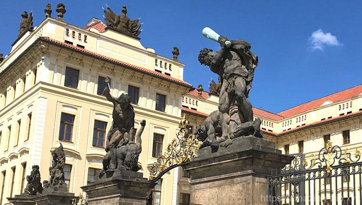 プラハ城の正門を守る巨人像。