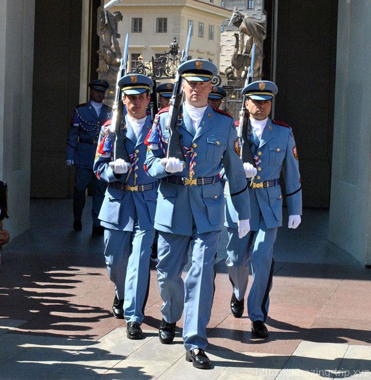プラハ城 正午に行われる衛兵の交代式