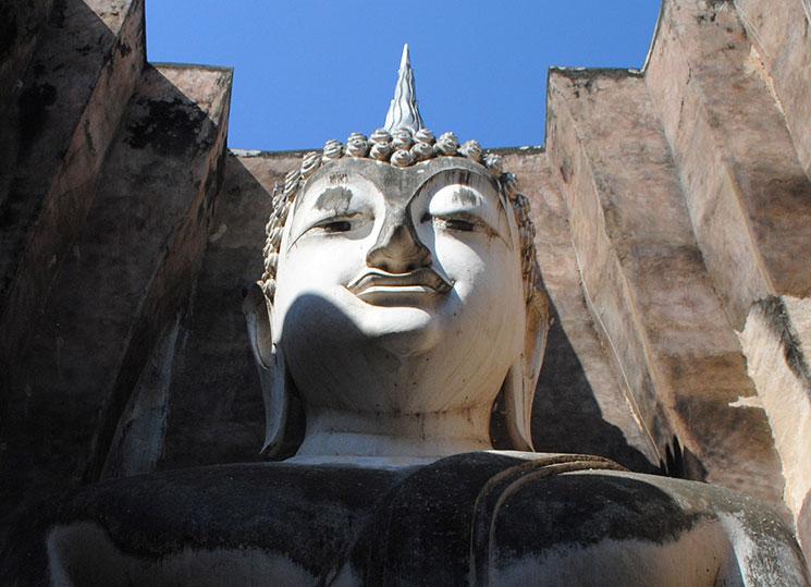 巨大仏像の神秘的な表情