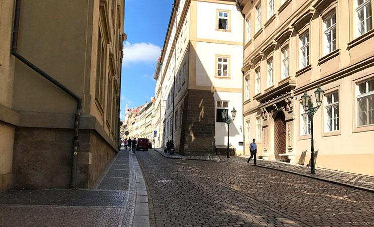マラーストラナ広場からプラハ城へと続く通りの一つである「レテンスカー通り」です。
