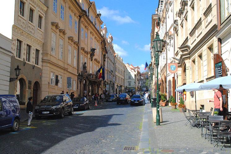 「レテンスカー通り」を抜けると「ネルドヴァ通り」に出ます。この通り沿いにはお土産屋や飲食店、大使館などが立ち並んでいます。この道の先がプラハ城へと繋がる登城道になります。
