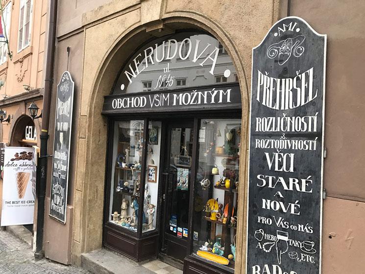 「ネルドヴァ通り」にある雑貨屋さんです。可愛い置物や飾り物などが店内にびっしりと並べられています。