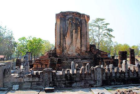 頭部は破壊されているが、この遺跡内で最も保存状態が良い游行像