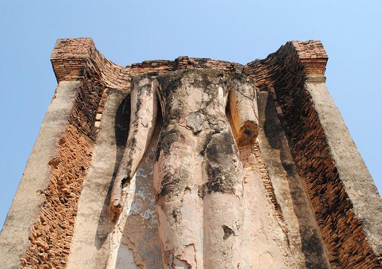 頭部と右手が破壊されている立像
