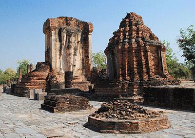 ワット・チェットポンの立像と仏塔