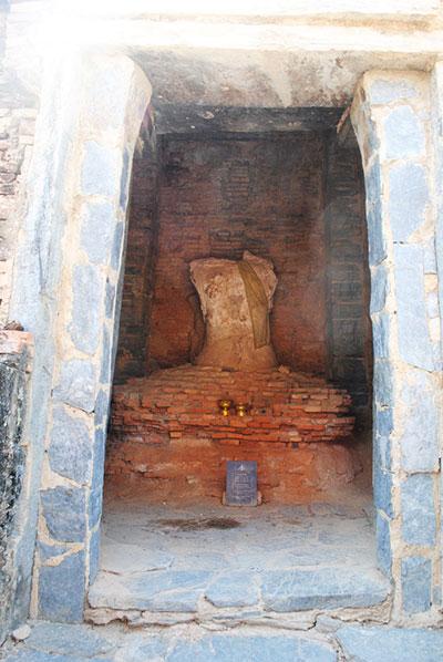 仏塔の中には、頭部を破壊された小さな仏が。