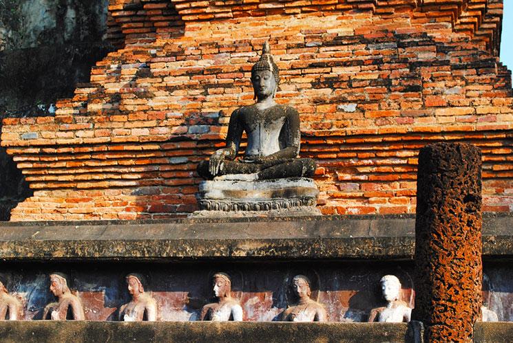 160人の弟子たちが仏を支える中央の仏塔