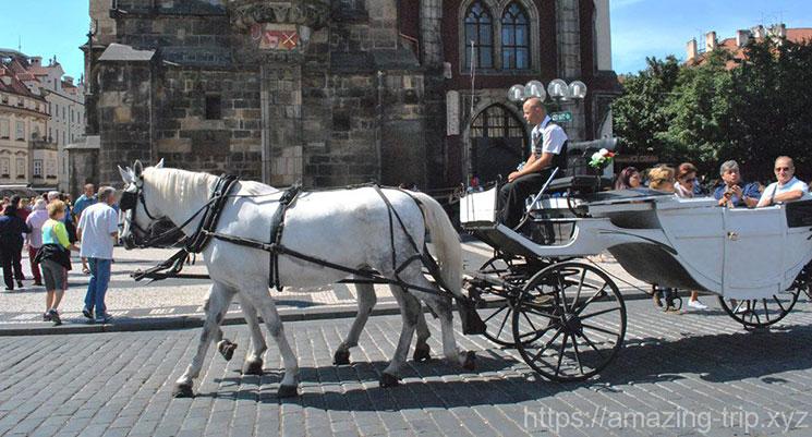広場を走る馬車