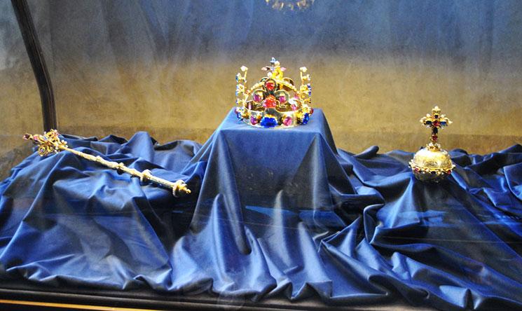 王冠、王笏、宝珠のレプリカ