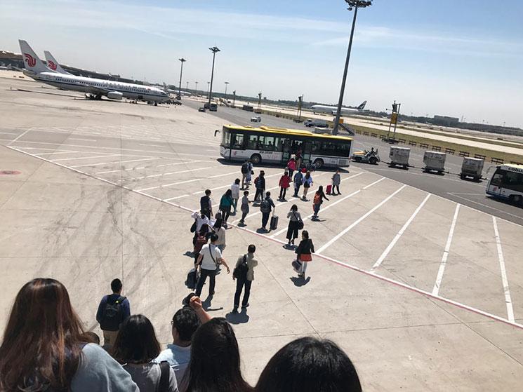 北京空港 到着後バスでロビーに