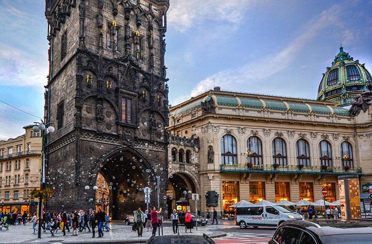 旧市街の入り口「火薬塔」