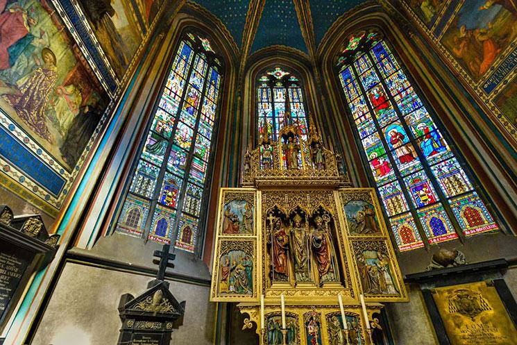 聖ヴィート大聖堂の煌びやかなステンドグラス