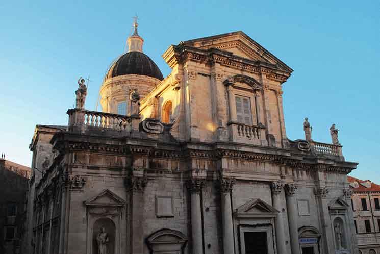 朝焼けに染まる聖母被昇天大聖堂