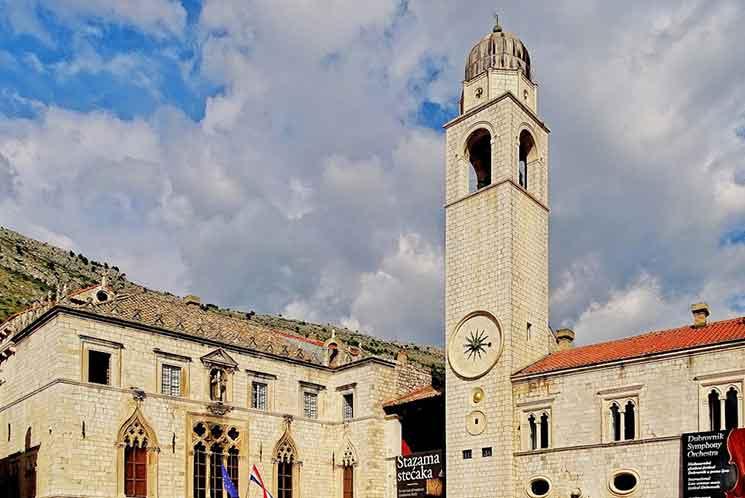 ルジャ広場の時計台