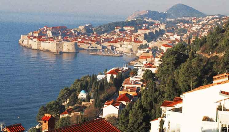 スルジ山の途中の道から撮影したアドリア海とドゥブロヴニク旧市街
