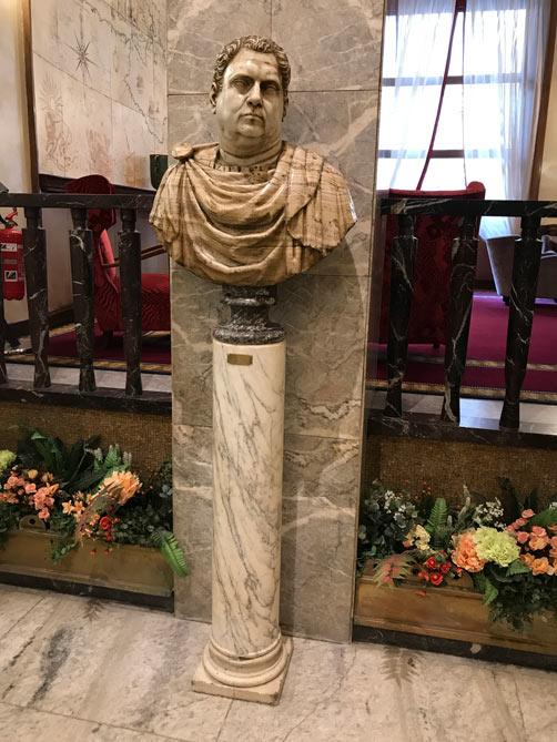 ちょっと太り気味の古代ローマ人像